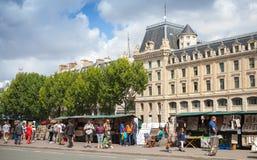 Straßensouvenirladen mit Touristen in Paris lizenzfreies stockfoto
