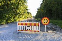 Straßensperre und ein Zeichen am Straßenbau Lizenzfreies Stockfoto