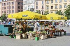 Straßenstall mit Blumen am Hauptmarktplatz, Krakau, Pol Lizenzfreies Stockfoto