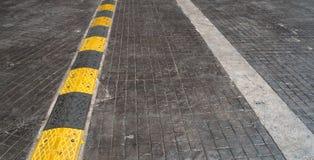 Straßenstoß auf der Straße für verringern Geschwindigkeit Stockfotos