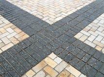 Straßenstraßen-Steinzeichen nach Regen, Stockbilder