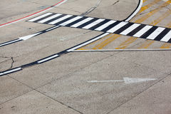 Straßensymbol auf Rollbahnflughafen Lizenzfreie Stockfotos
