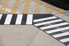 Straßensymbol auf Rollbahnflughafen Stockfotografie