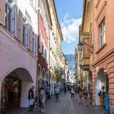 Straßenszenario von Laubengasse im Hauptbezirk von Meran mit vielen Fußgängern Merano Provinz Bozen, S?d-Tirol, Italien stockfoto
