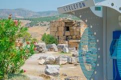 Straßentelefon unter alten alten Steinen, Pamukkale, die Türkei lizenzfreies stockbild