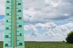 Straßenthermometer mit einer hohen Temperatur Stockbild