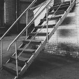 Straßentreppen-Weißbacksteinmauer stockbild