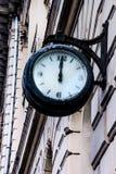 Straßenuhr auf der Fassade des Gebäudes Lizenzfreie Stockfotos