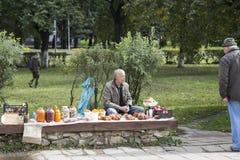 Straßenverkäufer, der Waren im Freiluftmarkt, suzdal, Russische Föderation verkauft stockbilder