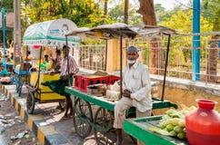 Straßenverkäufer in Puttaparthi-Stadt, Indien Stockbild