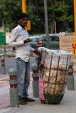 Straßenverkäufer wartet auf Kunden am Straßenrand Stockfotos