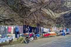 Straßenverkauf der selbst gemachten Kleidung in der Schlucht nahe Chegem-waterfa Stockfotografie