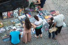 Straßenverkauf von Bildern nahe der errichtenden Ziraat-Bank Stockfotos