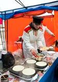 Straßenverkaufpfannkuchen auf Faschingsdienstag Stockfotos