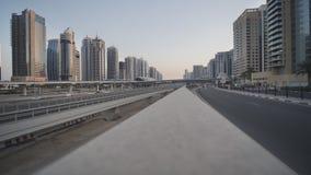 Straßenverkehr in Dubai vor dem hintergrund der Häuser während der Dämmerung stock footage