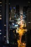 Straßenverkehr nachts vom hohen Standpunkt - moderne Stadt an nah lizenzfreie stockfotos