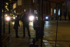 Straßenverkehrs-Fotografieteam bis zum Nacht Stockfoto