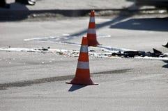 Straßenverkehrskegel auf Unfallort Stockbild