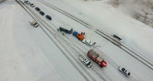 Straßenverkehrsunfall im Winter stock footage