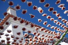 Straßenverschönerung mit Papierblumen Stockbilder