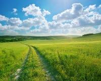 Straßenweg und tiefer blauer Himmel Lizenzfreie Stockbilder