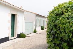 Straßenwohnungsbau Ile de re historisch in en-Re Frankreichs Les Portes stockbild