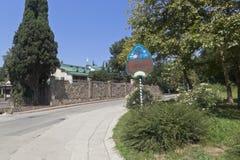 Straßenzeiger Hotel ` grüner Hügel ` in der Straße Orbitovskaya im Erholungsortdorf Adler, Sochi Stockfotos