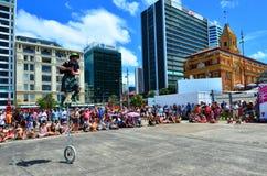 Straßenzeigung in Queens-Kai-Auckland-Ufergegend während Aucklands Lizenzfreies Stockfoto
