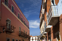 Straßeorange Adobe-Wand Guanajuato Mexiko Stockfoto