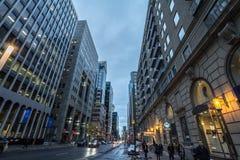 Straße Boulevard de Maisonneuve im im Stadtzentrum gelegenen Mitte-Geschäftsgebiet von Montreal lizenzfreie stockfotos