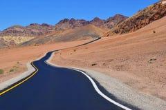 Straße in der Wüstenlandschaft stockfotografie