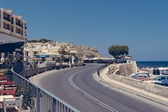 Straße, die herein zu einer Ecke Rethymno, Kreta Griechenland steigt lizenzfreie stockfotos