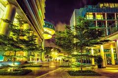 Straße nahe Damm von Marina Bay Singapore nachts stockbilder