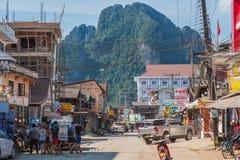 Straße Vang Vieng mit einem Berg im Hintergrund stockfotos