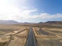 Straßenansichten in Fuerteventura-Wüste stockbilder