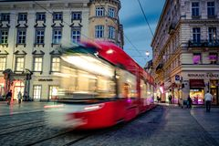 Straßenbahn an der Stadtstraße stockfotografie