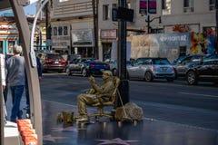 Straßenkünstler, Autos und die Touristen fahrend, die auf Hollywood Boulevard gehen lizenzfreie stockfotografie