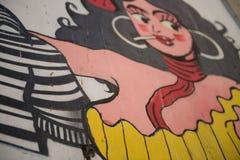 Straßenkunst und Graffiti schönes Mädchen des portugiesischen Fadomädchens in einer Straße von Lissabon, Portugal stockfoto