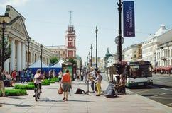 Straßenmusiker spielen Musikinstrumente für Passanten in St Petersburg stockbild
