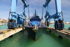 Straż wybrzeża Hiszpańscy Customs nad travelift przed iść woda fotografia stock