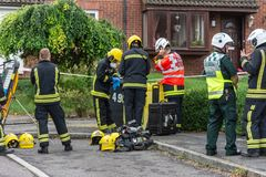 Strażacy dostawać ubierał w zbawczym przekładni narządzaniu wchodzić do do domu z podejrzanym chemicznym incydentem obraz royalty free