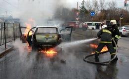 Strażacy gaszą płonącego samochód w Rosja Zdjęcie Royalty Free