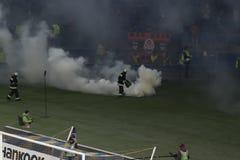 Strażacy podołają z konsekwencjami odrzucają z dymem Zdjęcie Stock