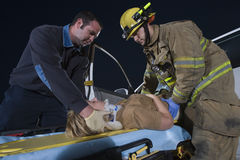 Strażacy Pomaga Zdradzonej kobiety Obrazy Royalty Free