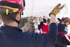 Strażacy pracuje z pomocniczym oświetleniem Obrazy Royalty Free