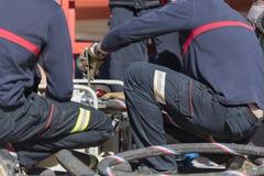 Strażacy pracuje z zasysającą pompą Zdjęcia Royalty Free