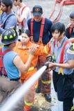 Strażacy trenują używać kropidła Zdjęcia Stock