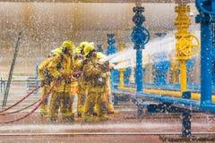Strażacy trenuje, przedpole są kroplą wodny springer obraz stock