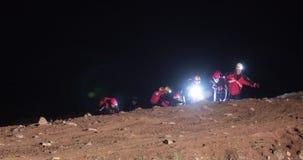 Strażacy używa ratowniczego kosz dla ofiary ewakuaci zbiory