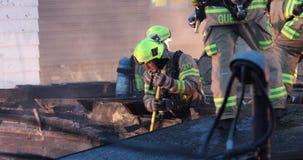 Strażacy usuwają cegły na ścianie dla dochodzenia zdjęcie wideo